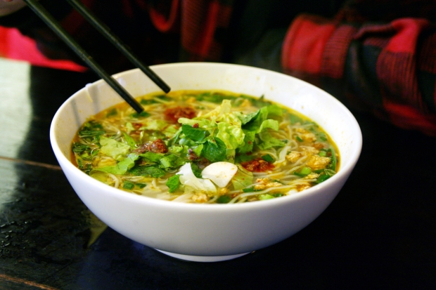 Bánh đa cua - crab noodle soup, Haiphong-style.